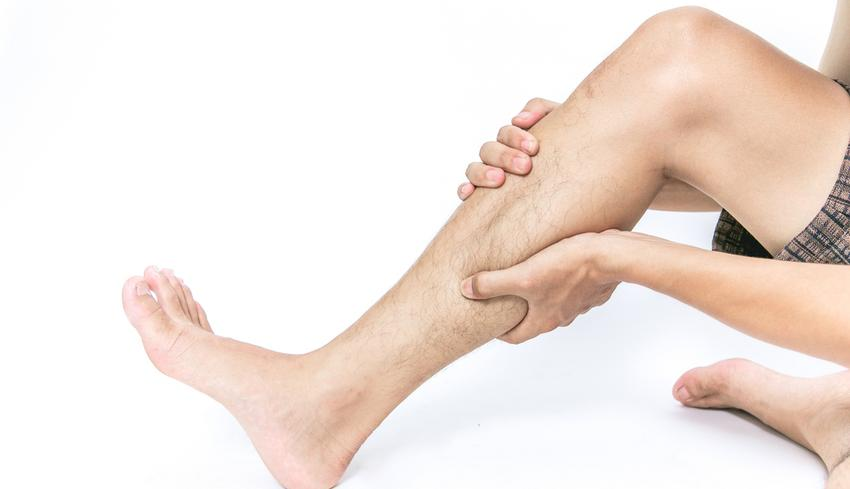 piros foltok a lábakon, és fáj a járás