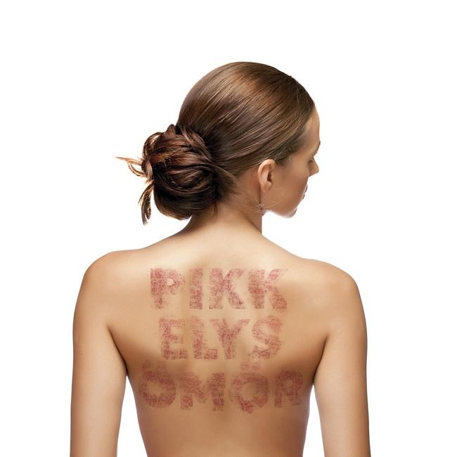 hogyan lehet enyhíteni a pikkelysömör súlyosbodásait a fején vörös foltok a bőrön, amikor megérintik