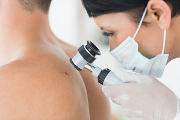 izgalommal vörös foltok jelennek meg a nyaki kezelésen
