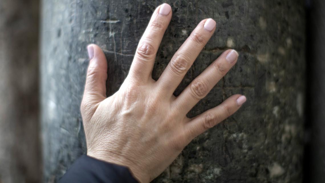 vörös foltok az ujjak között)