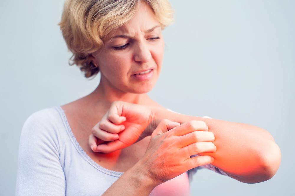 egy piros folt a gyomorban viszket és fáj)